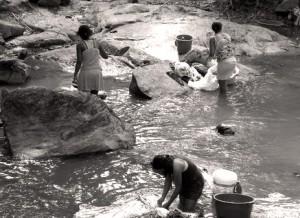 Donne al fiume lavano i panni