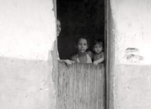 Una famiglia alla porta della casa