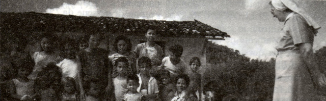 Suor Daniela osserva un gruppo di bimbi e giovani