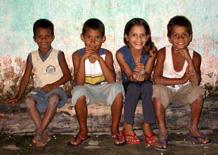 Quattro fratellini seduti in una strada di Joaquim Gomes