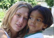 Sara con un bimbo dell'asilo