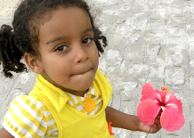 Bimba di Cristinapolis con un fiore in mano