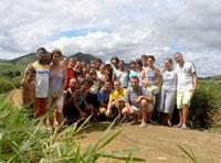 Gruppo di volontari assieme ai ragazzi di Joaquim Gomes