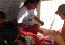 Giovani del progetto Fazendo a Liberdade confezionano manufatti artigianali