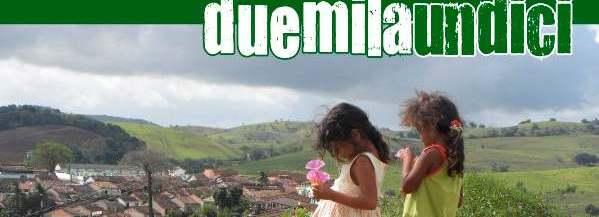 immagine del calendario solidale 2011: due bambine brasiliane guardano il paese di Joaquim Gomes, tra le colline
