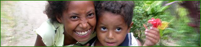 progetti internazionali: un bambino e una bambina che hanno beneficiato dei progetti