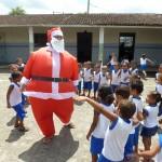 Babbo Natale in visita agli asili della missione di Joaquim Gomes